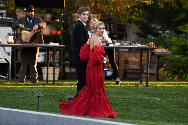 Newport, RI  - Celebrities guests arrive to Jennifer Lawrence and Cooke Maroney's wedding in Newport, Rhode Island. Pictured: Sienna Miller BACKGRID USA 19 OCTOBER 2019  USA: +1 310 798 9111 / usasales@backgrid.com UK: +44 208 344 2007 / uksales@backgrid.com *UK Clients - Pictures Containing Children Please Pixelate Face Prior To Publication*